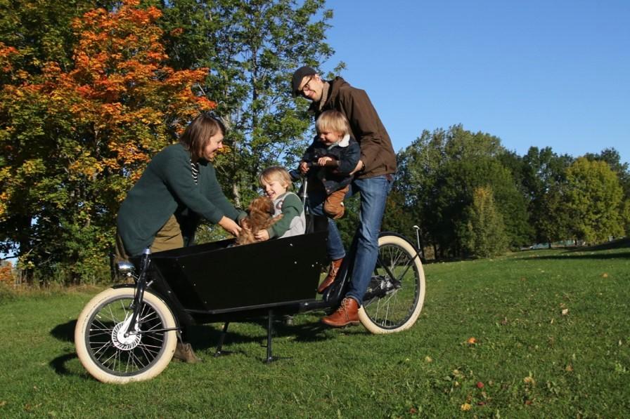 familj med lastcykel